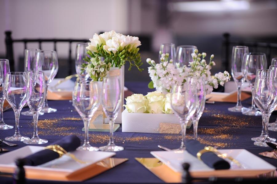 Diseño y creación de centro de mesa con pan de oro para cena en Madrid | La Florería