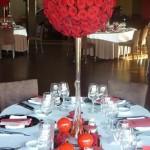 Diseño y creación de centro de mesa con esfera de rosas | La Florería