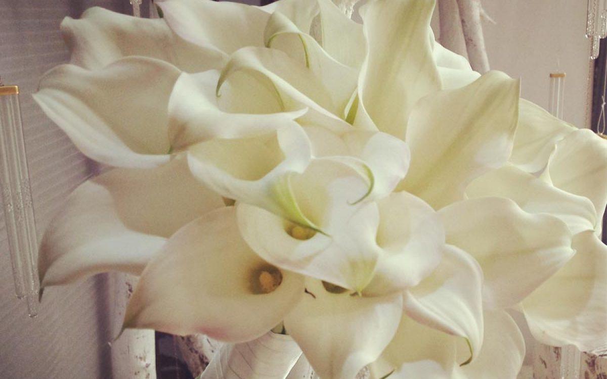 Diseño y creación de ramo de novias elaborado con calas Crystal | La Florería