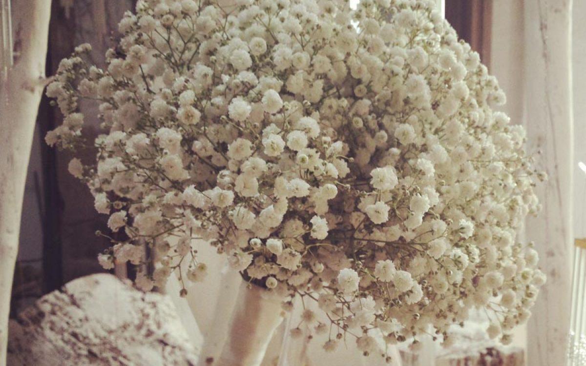 Diseño y creación de ramo de novia sencillo con pequeñas flores blancas | La Florería