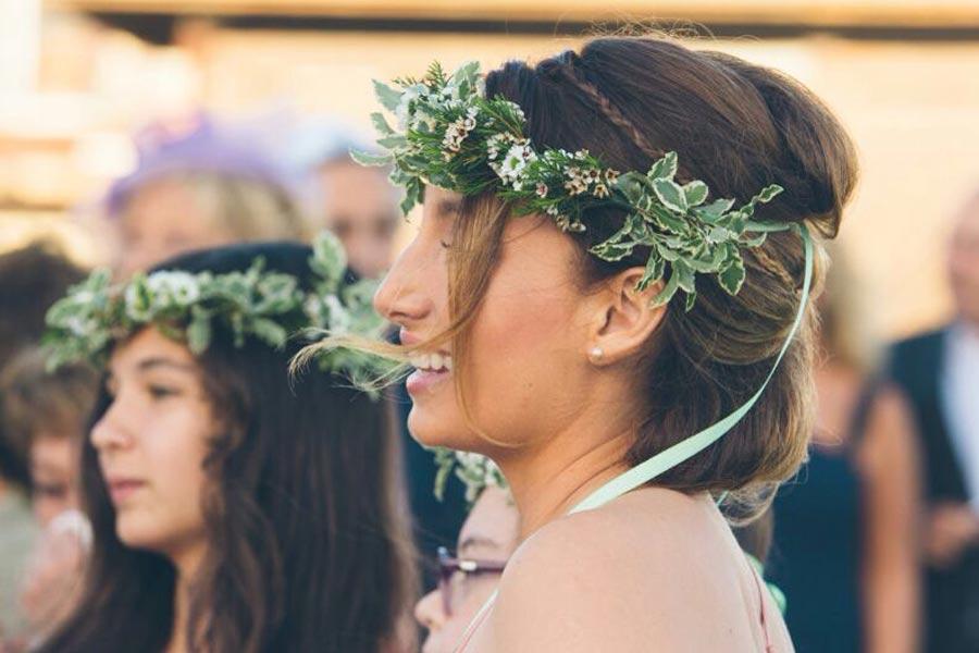 Corona de flores de dama de honor campestre