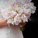 Ramo de novia en tonos blancos y rosas con Peonia Lullaby 01 | La Florería