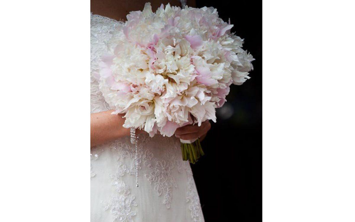 Ramo de novia en tonos blancos y rosas con Peonia Lullaby 03 | La Florería