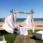 Ceremonia con altar de bambú en la playa de Barcelona | La Florería