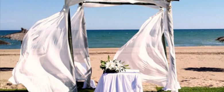 Ceremonia en la playa con altar de bambú