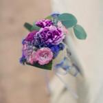 Detalle de flor en tonos morados y rosas para silla de novios | La Florería