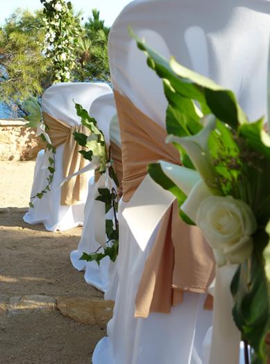 Diseño y creación detalle de silla de novios con flores beige para exterior | La Florería