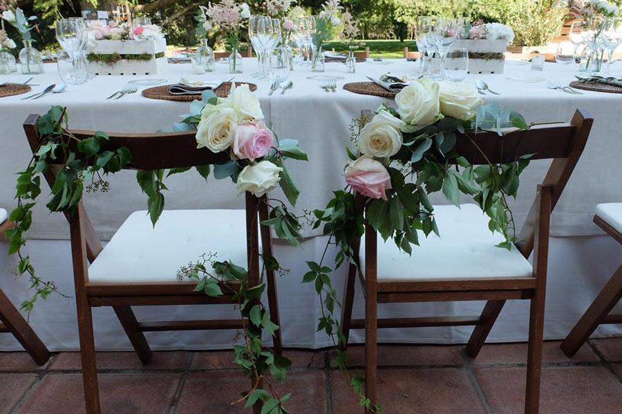 Detalle de silla de novios campestre con rosas y verde | La Florería
