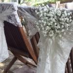 Detalle exterior de silla de novios con encaje y paniculata | La Florería