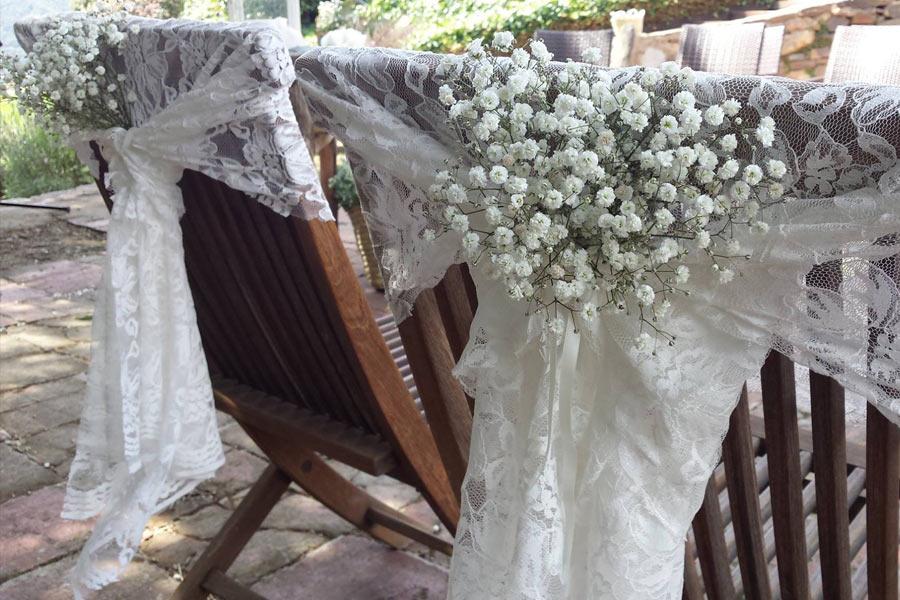 Detalle de silla de novios con encaje y paniculata
