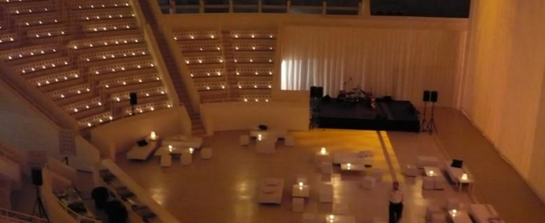 Decoración de espacio y chill out <br>para evento de empresa<br> en el  MNAC