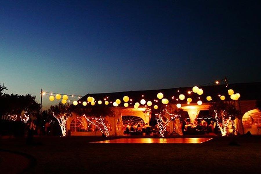 Decoración e iluminación exterior para boda en Jardín