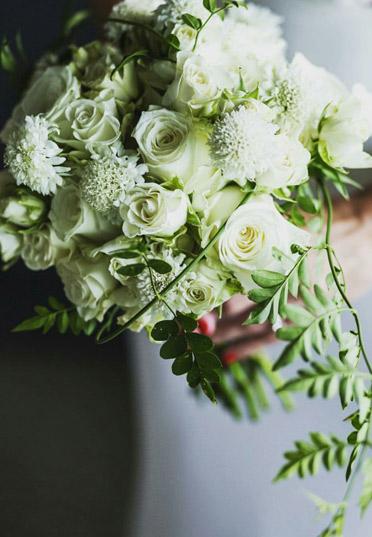 Diseño y creación de bouquet clásico jardín blanco | La Florería