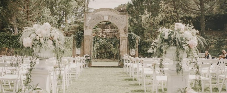 Ceremony decoration with classic cups