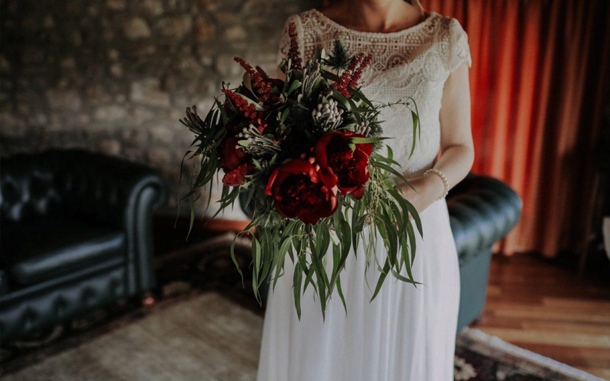Decoración de ceremonia con flores rojas por La Floreria 00 | La Floreria