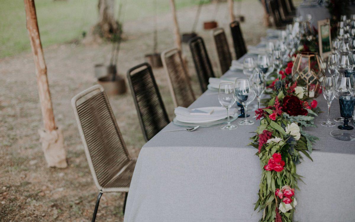 Decoración de ceremonia con flores rojas por La Floreria 01 | La Floreria