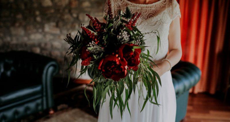 Una ceremonia muy romántica con peonías rojas en L´Empordà