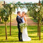 Novios en altar de boda Campestre en el Castell d´Empordà | La Floreria