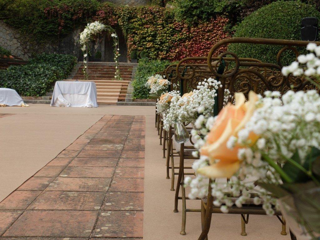 Pasillo con flores blancas y rosa melocotón | La Florería
